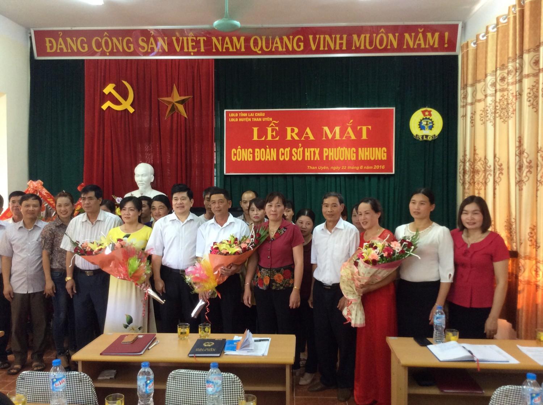 Đ/c Nguyễn Thị Thiện - Chủ tịch LĐLĐ tỉnh và lãnh đạo huyện Than Uyên tặng hoa chúc mừng đoàn viên và CĐCS HTX Phương Nhung trong ngày ra mắt