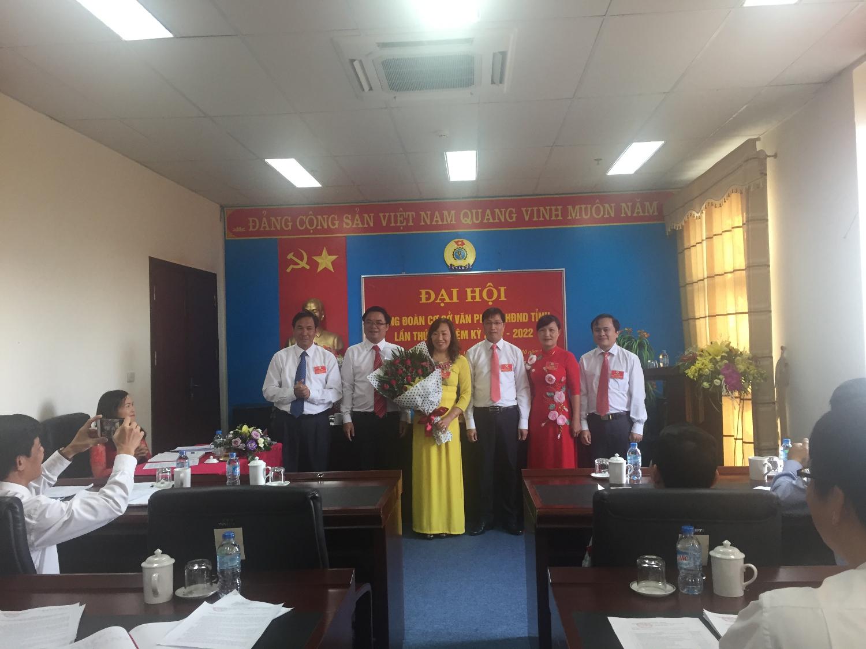 Ban chấp hành Công đoàn khóa mới (khóa V, nhiệm kỳ 2017-2022) ra mắt đại hội.