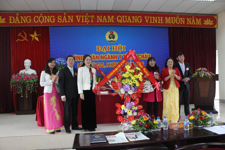 Đồng chí Nguyễn Thị Thiện - Chủ tịch LĐLĐ tỉnh tặng Lãng hoa chúc mừng Đại hội