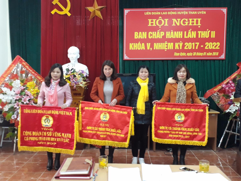Đồng chí Trần Thị Sâm - Ủy viên Ban Thường vụ Huyện ủy, Trưởng Ban Tuyên giáo trao cờ thi đua cho các đơn vị